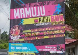 """Baliho """"Manakarra 3K Party Run 2015"""" yang dipasang di perempatan pompa bensin dekat Gedung Keuangan Negara Mamuju."""