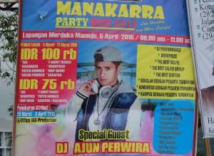 """Baliho """"Manakarra Party Run 2015"""" yang dipasang di perempatan pompa bensin dekat Gedung Keuangan Negara Mamuju."""