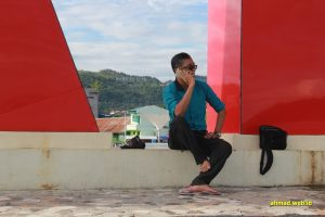 Ramdansyah bertelepon di Anjungan Pantai Manakarra, Mamuju, Sulawesi Barat